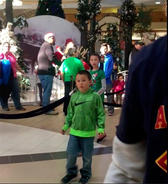 Niño en centro comercial