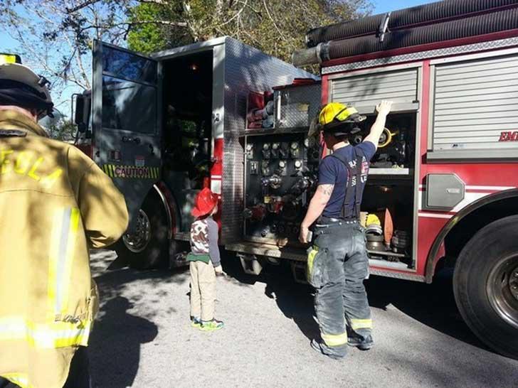 Niño frente a camión de bomberos