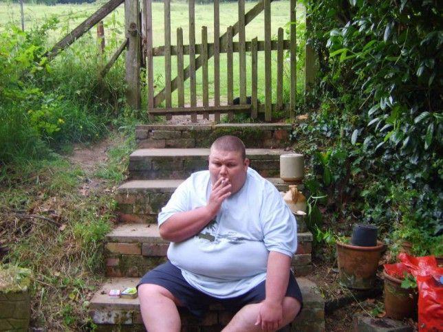 Hombre obeso fumando