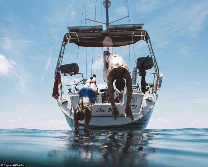 Charlie y Capitán clavado en mar