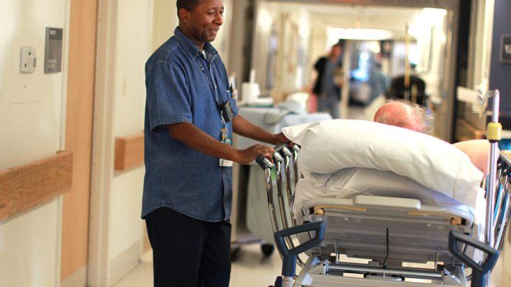 enfermero traslada paciente