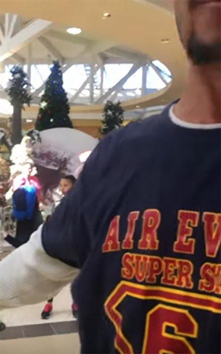 Hombre molesto grabado en centro comercial