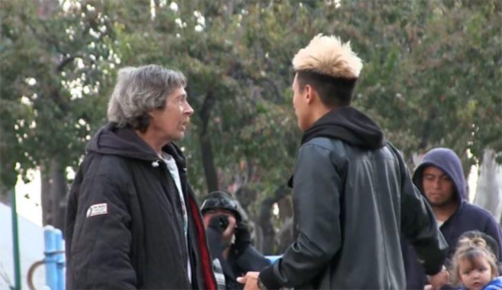Personas hablan en el parque