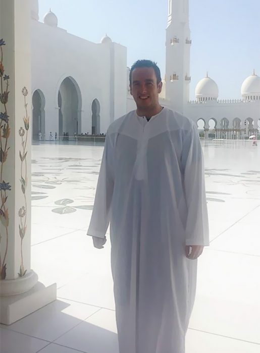 Liam Murphy con traje árabe