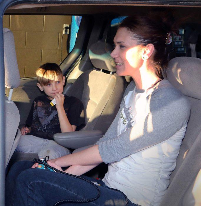 Madre e hijo en camioneta