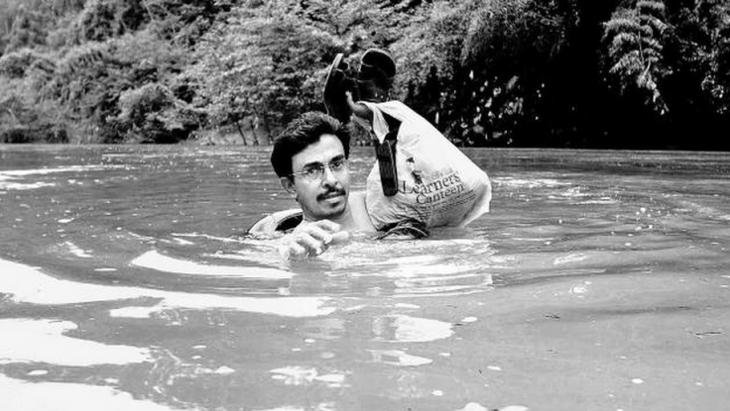 Abdul Malik cruzando el rio