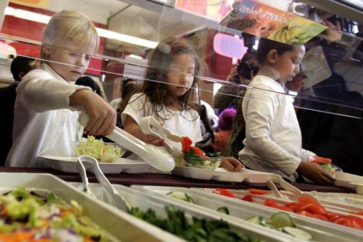 Niños en cafetería escolar