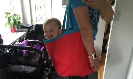 Niño cargado en bolsa