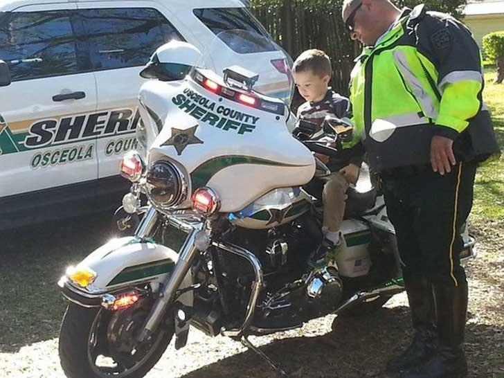 Niño en moto de la policía