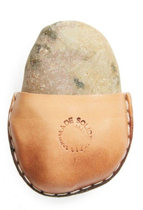 Piedra envuelta en piel