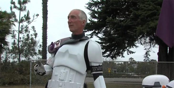 Se viste de Stromtrooper en honor a su esposa fallecida