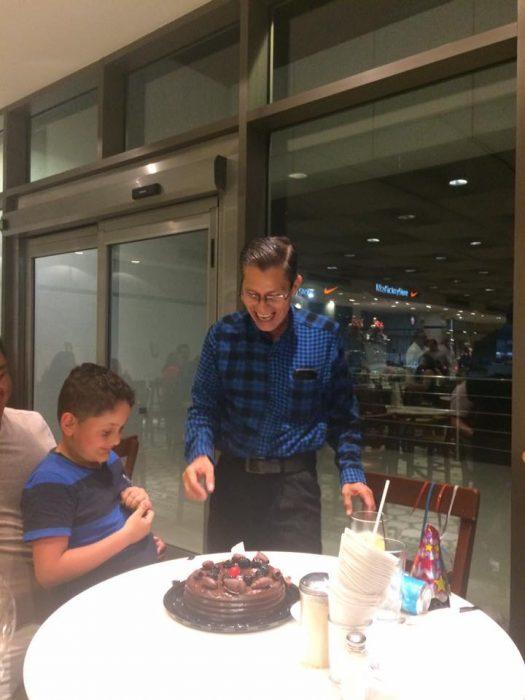 Sr Edw partiendo pastel
