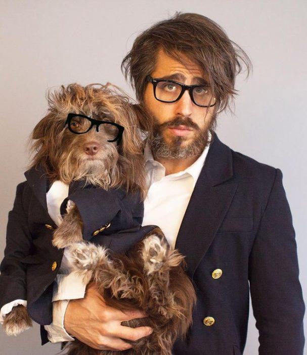 perro y dueño con lentes
