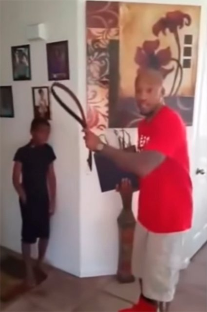 Padre castigando a su hijo