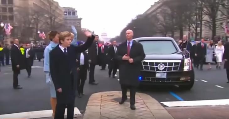 Guardaespaldas de Trump posando en la calle