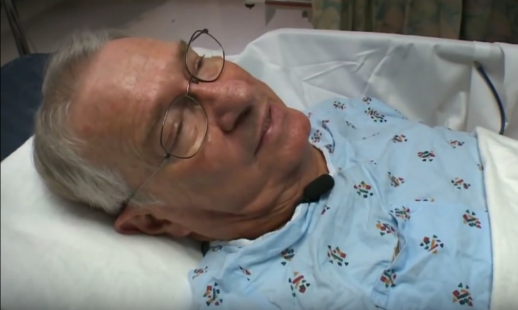 Tom Meeks en camilla de hospital