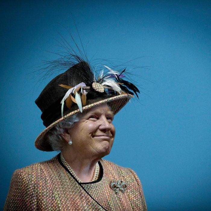 Trum y la reina Isabel sombrero negro sonrisa