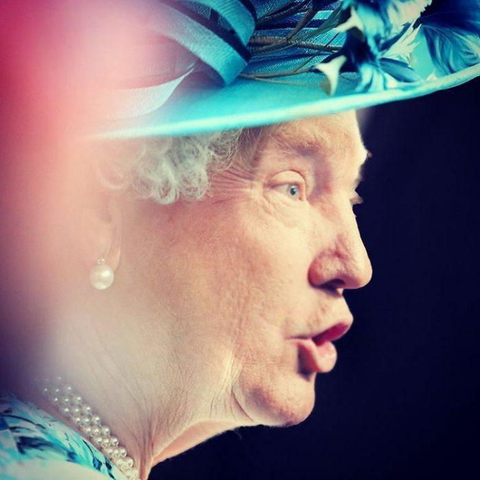 Trum y la reina Isabel sombrero azul