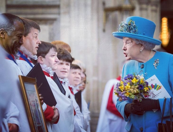 Trum y la reina Isabel con flores