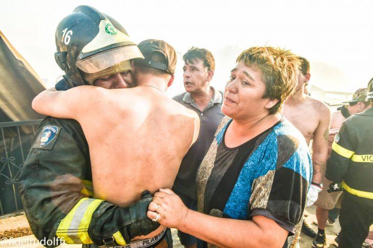 Abrazan a bombero de Valparaíso