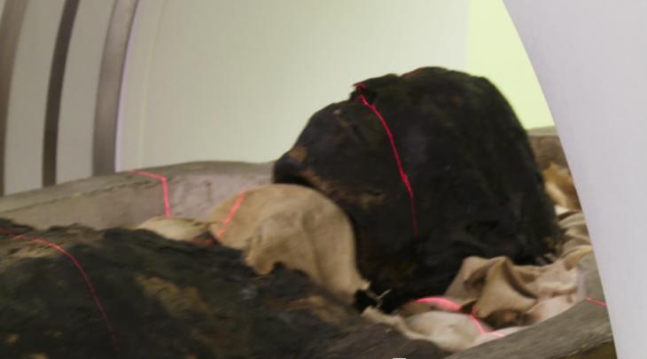 momia siendo escaneada