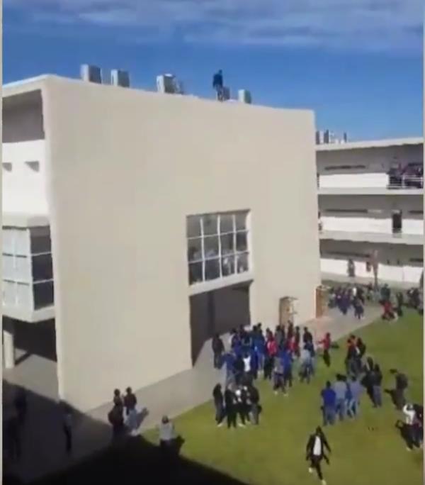 Torreon joven al filo de edificio