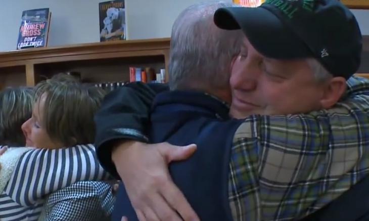 Abrazo del padre de Mathew a Tom