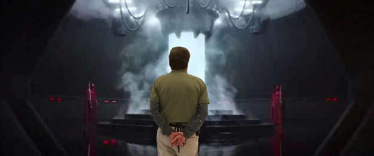 Hombre frente a nave