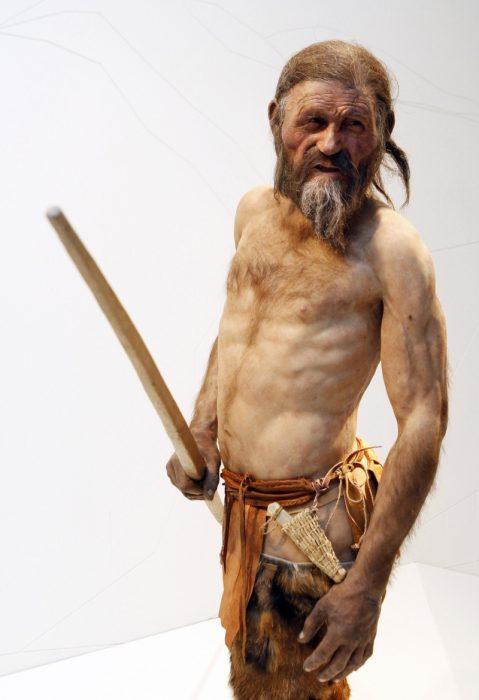 Ötzi posando de costado