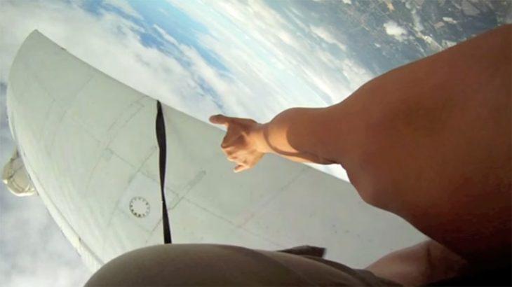 Avión muy cerca de paracaidistas