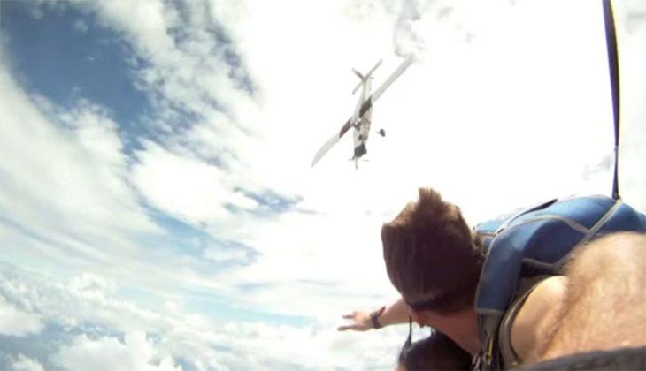 Avión cerca de paracaidistas