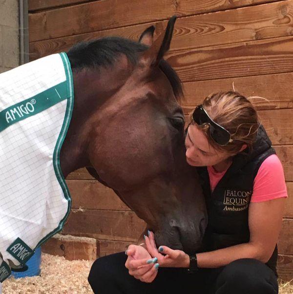 Mujer cuida a caballo