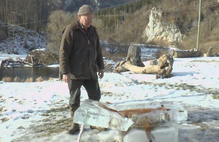 Cazador con zorro congelado