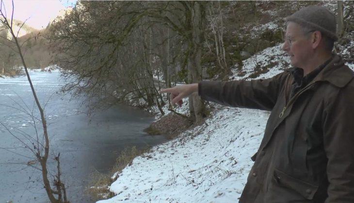 Hombre señalando el río