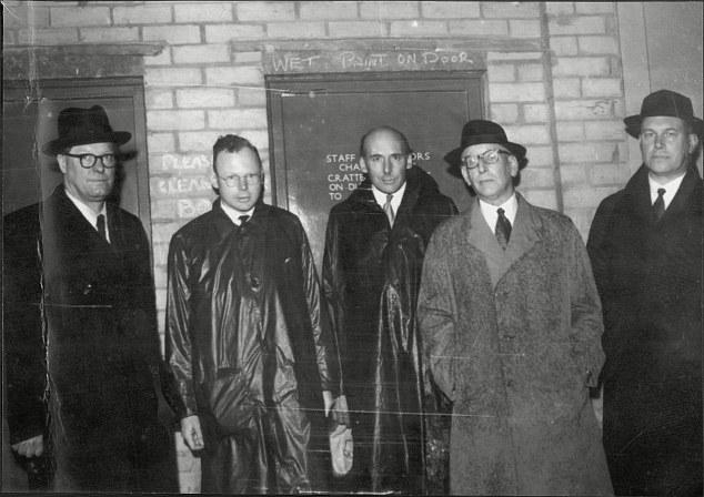Penney a lado izquierdo junto con investigadores
