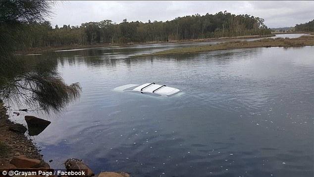 Carro hundido en un lago por accidente con araña gigante