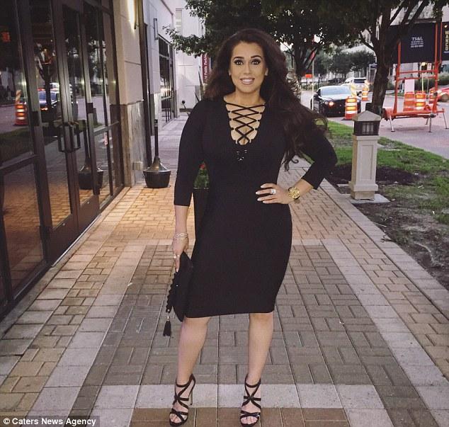 Betsy Ayala vestido negro posando en la calle