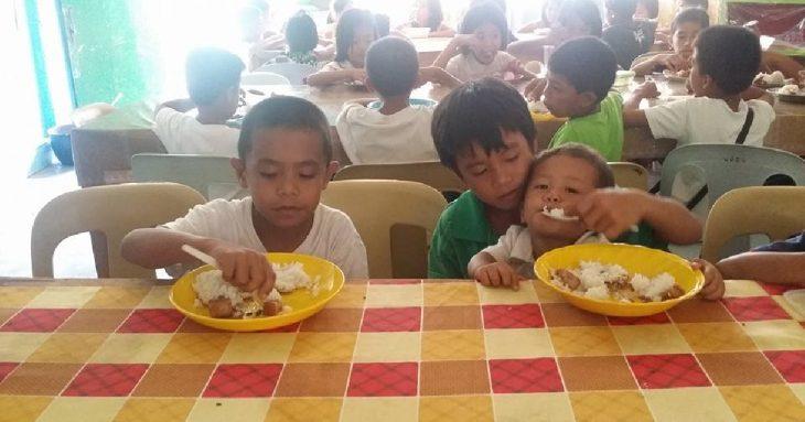 mateo y hermanos comiendo