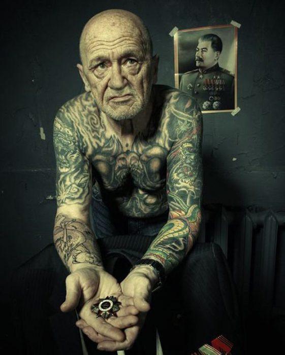 abuelo con tatuajes