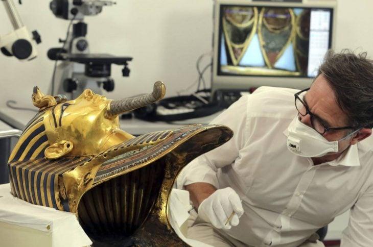 Investigan máscara de Tutankamón