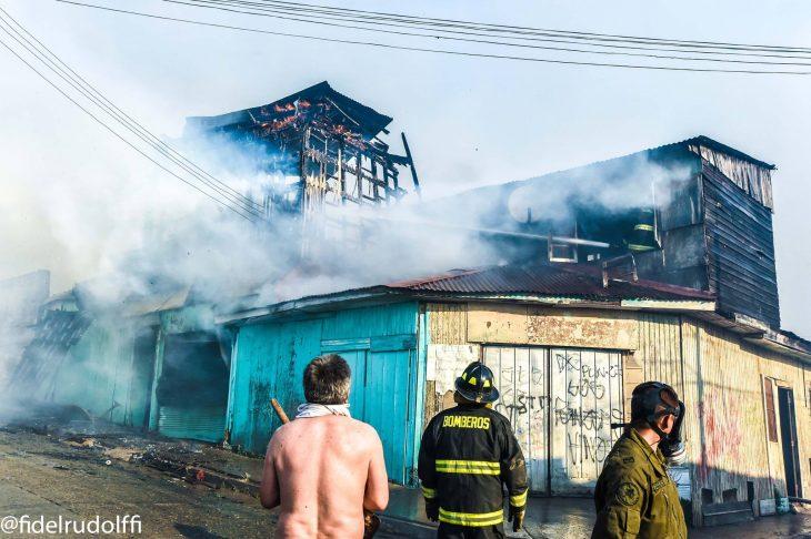 Casas ardiendo en Valparaíso