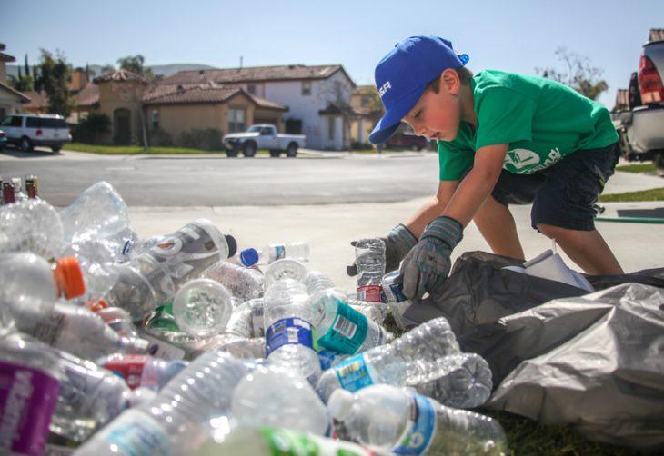 Niño recicla basura