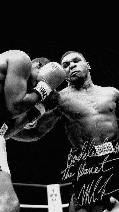 Mike Tyson golpeando duro