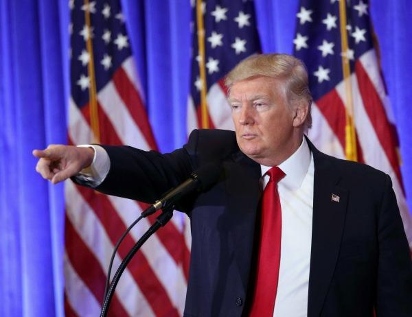 Trump señalando con el indice