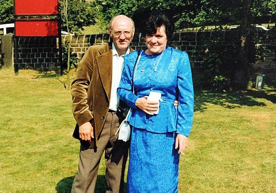 Beaton y su esposa ruby en jardín