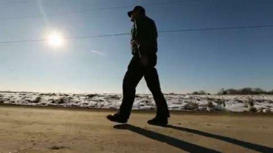 Steven Simoff caminando bajo el sol
