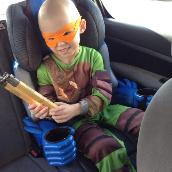 Oliver en el carro vestido de Tortuga Ninja