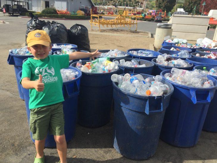 Ryan reciclaje niño de 7 años junto a botes