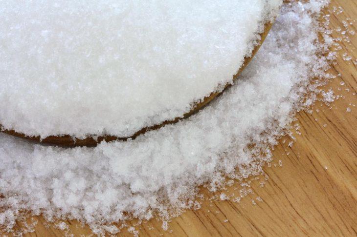 Sal de grano en bandeja
