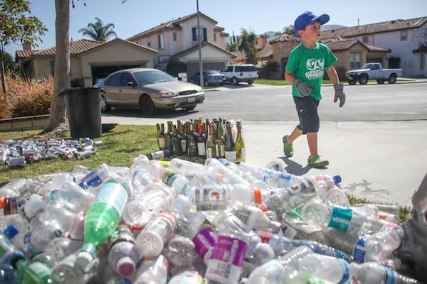 Botellas de plástico en el piso